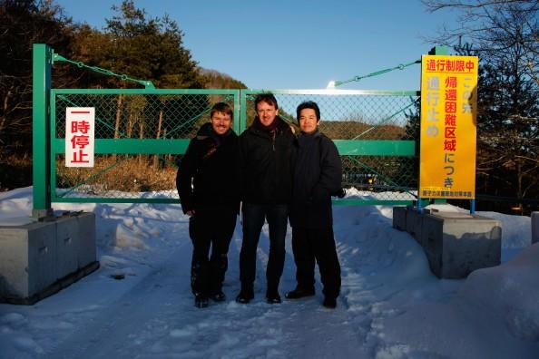 Fotograf Christoph Bangert (links) zusammen mit dem Journalist Marcel Gyr, (mitte)  und dem Übersetzer und Mitsuhiro Shoji (rechts, unser Fahrer am Tor zum Sperrgebiet  in Fukushima.